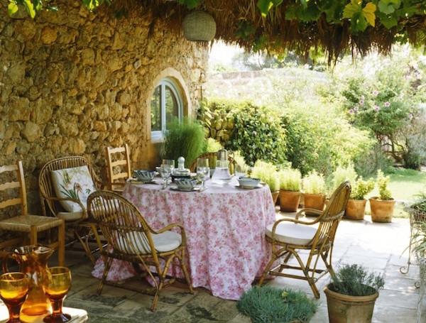 Idee e consigli d 39 arredo per spazi esterni giardini for Arredamenti provenzali francesi