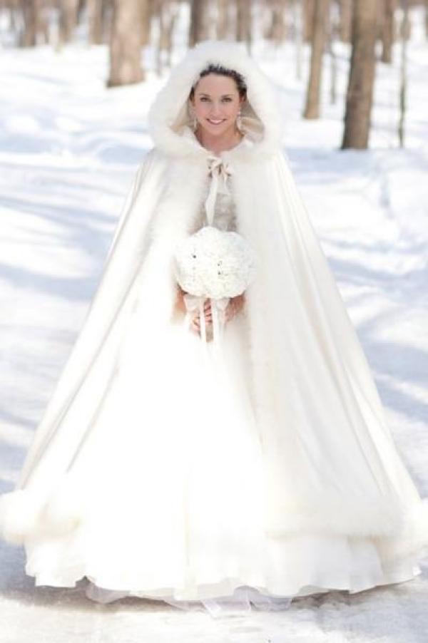 f2390c2d9038 Nozze a Natale  la gioia raddoppia! Idee per un organizzazione ed un abito  da sposa natalizi
