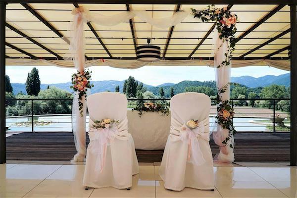 82571aced5dc Idee per un addobbo romantico in una cerimonia di nozze civile