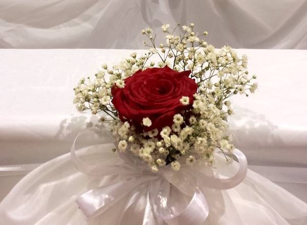 Matrimonio Tema Rose Rosse : Un addobbo di nozze con rose rosse e bianche semplice