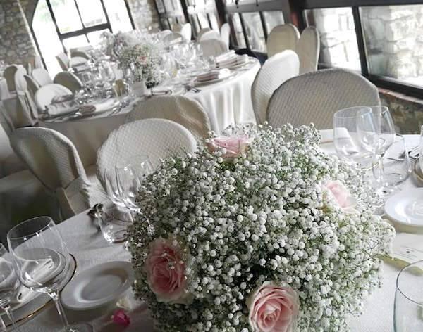 Rose e gypsophila per un addobbo di matrimonio classico e for Addobbi tavoli matrimonio con candele